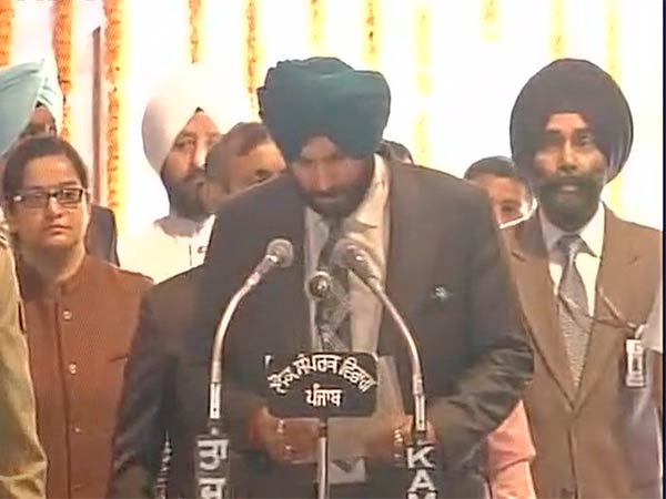Punjab: Captain Amarinder Singh sworn in as chief minister, Navjot Singh Sidhu become minister
