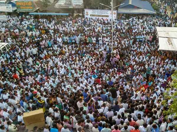 In Neduvasal women protesting in kummiyattam form