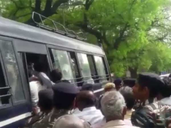 Delhi police manhandled and arrested Tamilnadu farmers