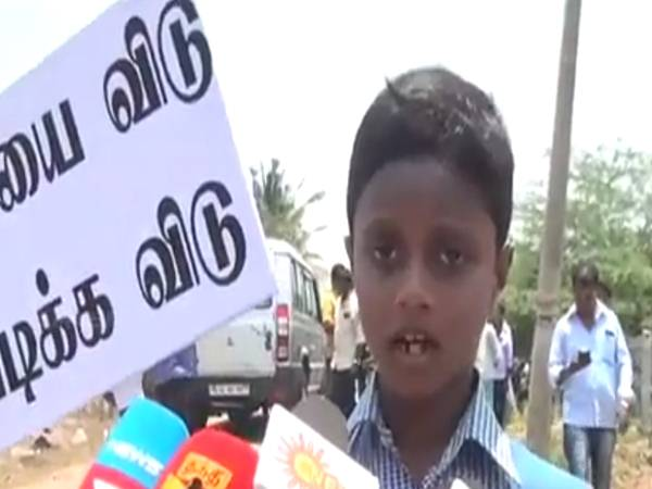 7 years old child protest against tasmac shop