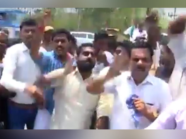 Students chase away DMK leaders in Tanjore