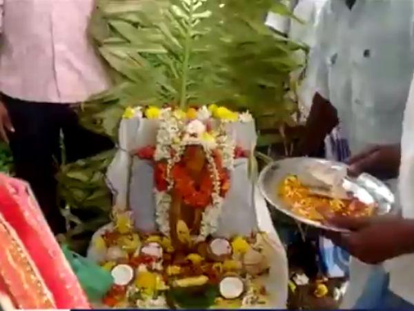 குரங்குக்கு இறுதிச் சடங்கு செய்து நெகிழ வைத்த கிராம மக்கள்...!- வீடியோ