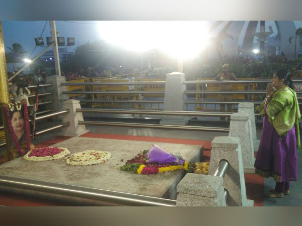 Vindhya comes to Jayalalithaa memorial with Mangoes