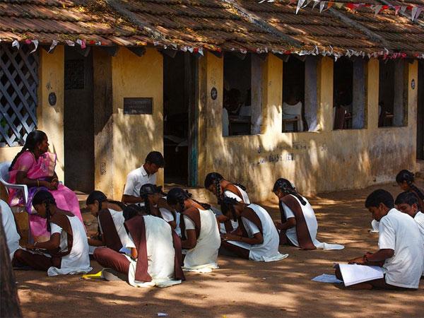 ஆசிரியர்களின் குழந்தைகளை அரசு பள்ளிகளில் சேர்ப்பதை கட்டாயமாக்காதது ஏன்: ஹைகோர்ட் சரமாரி கேள்வி
