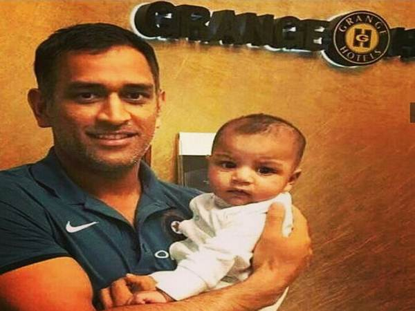 MS Dhoni's photo with Sarfraz Ahmed's son