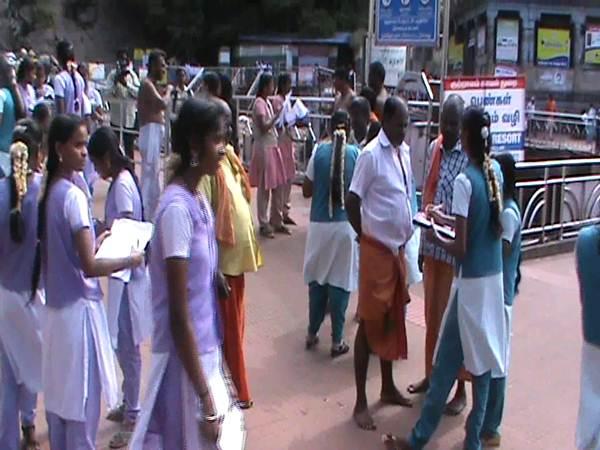 Wisatawan memberikan pendapat mereka tentang kutralam