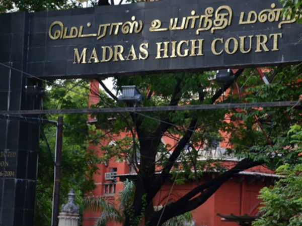 ADMK faction lawyers fought each othert to appear in ADMK case hearing