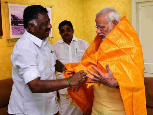மோடியை மதுரையில் சந்தித்த ஓபிஎஸ் அணி.. காரணம் தெரியுமா?