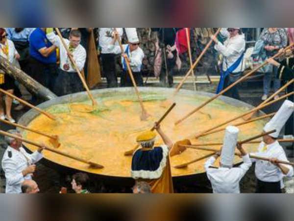 பத்தாயிரம் முட்டைகளால் உருவான 'மெகா ஆம்லெட்' ... பெல்ஜியம் மக்களின் பிரமாண்டம்
