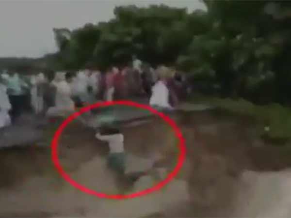 பீகாரில் வெள்ளம் 119 பேர் பலி -  பாலம் சரிந்து பெண்கள் அடித்து செல்லப்படும் பகீர் வீடியோ