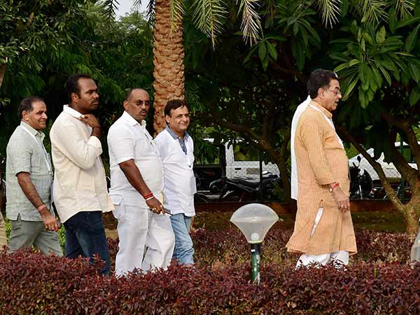 Guj MLAs arrive at Ahmedabad amidst tight security