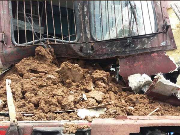 விழுப்புரம் அருகே ஆளில்லா லெவல் கிராசிங்கை கடக்க முயன்ற டிராக்டர் மீது ரயில் மோதி விபத்து