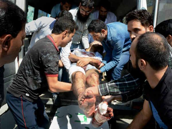 தெற்கு காஷ்மீரில்  தீவிரவாதிகள் கையெறி குண்டு வீசித் தாக்கியதில் 3 பேர் பலி