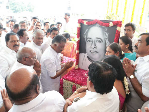 MK Stalin pays homage to Anna's Statue