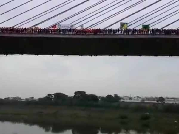 245 people jumped off together from a bridge in Brazil !