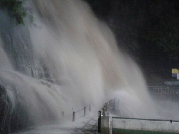 Heavy water in Courtallam falls: Police ban for take bath