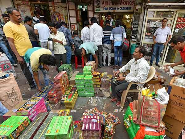 தீபாவளி வந்தாச்சு...  சென்னையில் பட்டாசு விற்பனை படுஜோர்