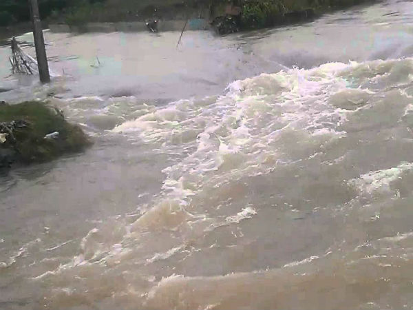 Guduvancheri lake's water flow in to residential areas