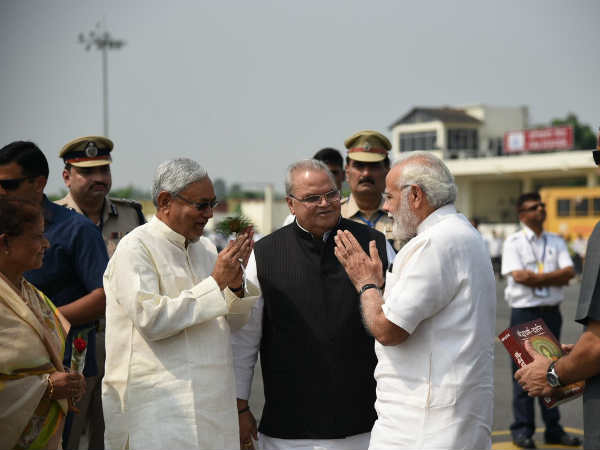 Bihar CM Nithish welcomes PM Modia at Patna after the new alliance