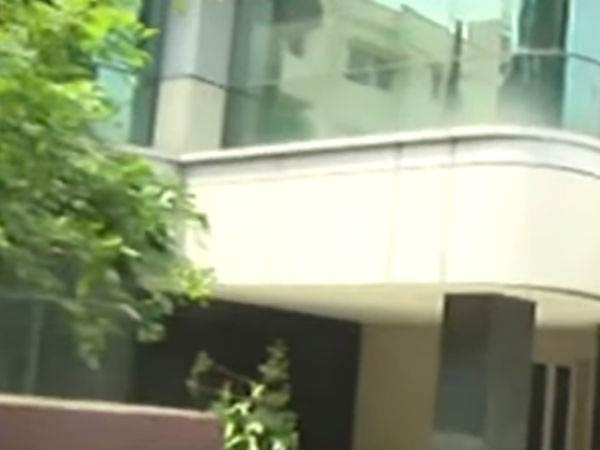 IT officials break the lcok in Dr.Sivakumar's house and search