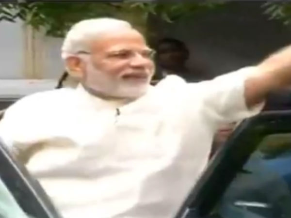 PM Modi waves his hands by wetting in rain