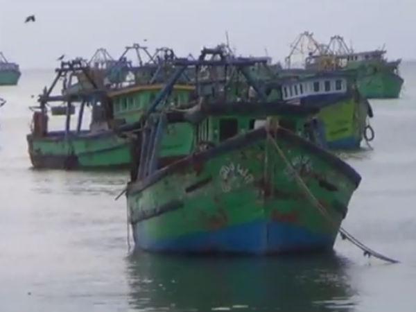 இலங்கை கடற்படை மீண்டும் அட்டூழியம்... தமிழக மீனவர்கள் 8 பேரை கைது செய்தது