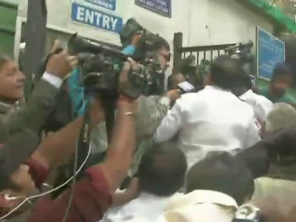 Delhi police sends out DMK workers from the CBI court