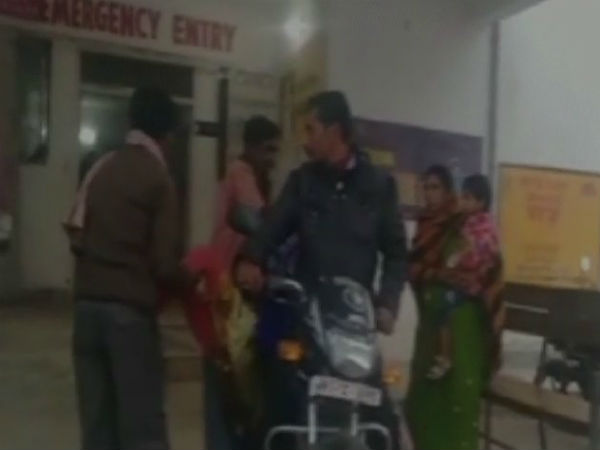 Jharkhand Man carries her Daughter dead body from hospital by bike going viral over social media