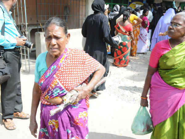 Govt staffs in Kovilpatti condemns the messy in issuing pongal gifts