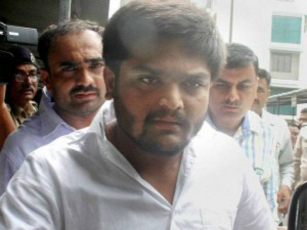 Hardik Patel, Congress leader Modhwadia meet Pravin Togadia in Ahmedabad hospital