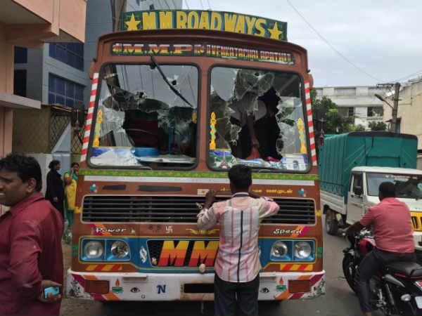 கேரளாவில் தமிழக லாரிகள் மீது கல்வீச்சு.. பதற்றம்!