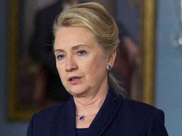 Hillary Clinton fractures hand on India trip