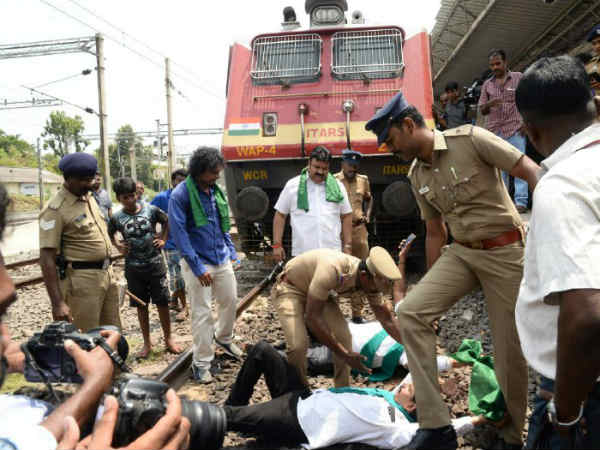 Tamil Nadu farmers protesting in Egmore railway station for Cauvery issue