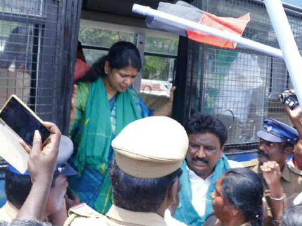 Kanimozhi MP arrested and released at Nellai for Road Roko