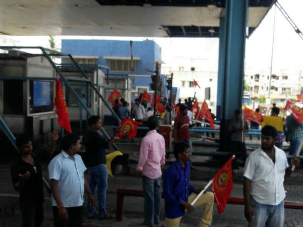 Naam thamizar party cadres seige at Chennai Sholinganallur and Duraipakkam tollgate