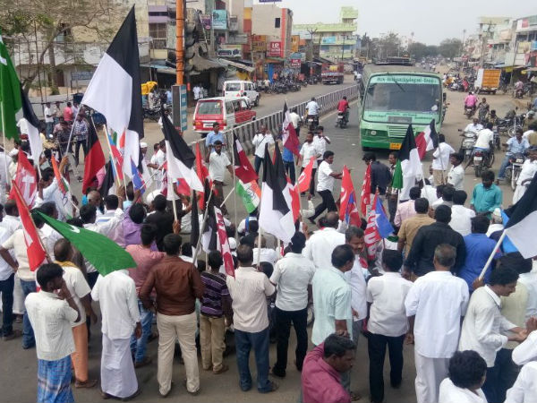 Opponent parties conducts rail blockade in Tamilnadu demanding Cauvery management board