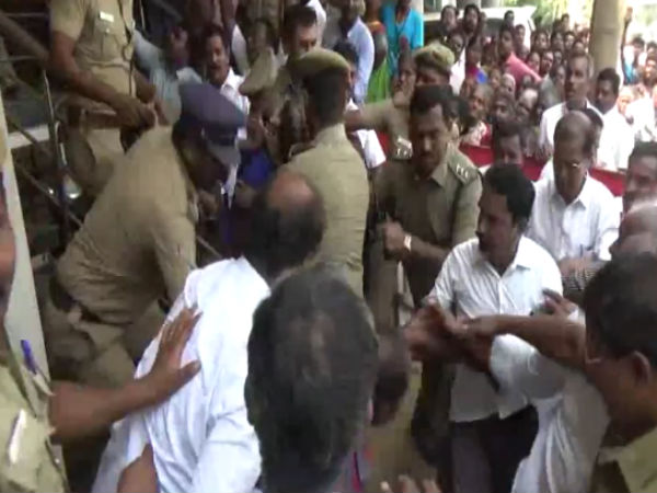 Police lathicharge on Opposition party in Tiruppur