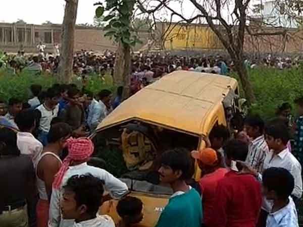 உ.பி: பள்ளி பேருந்து மீது ரயில் மோதி பயங்கர விபத்து- 13 சிறுவர்கள் பரிதாப பலி
