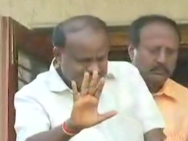 HD Kumaraswamy waves hand to party workers