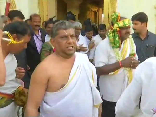 நேற்று ரங்கநாதர்.. இன்று லஷ்மி நரசிம்மர்.. கோயில்களில் குமாரசாமி தொடர் வழிபாடு