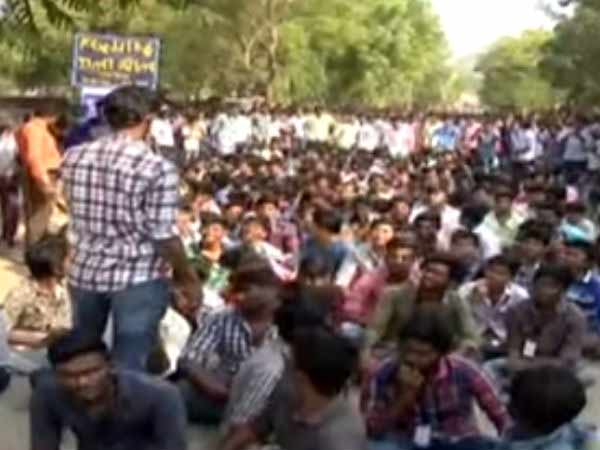 Tanjore Saraboji College students boycotts classes and struggle