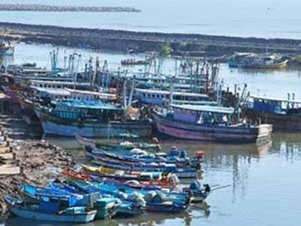 Fleeing strong winds Rameshwaram fishermen banned to go to sea