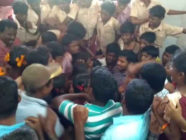 Students gave emotional farewell to a teacher who gets a transfer in Thiruthani - video