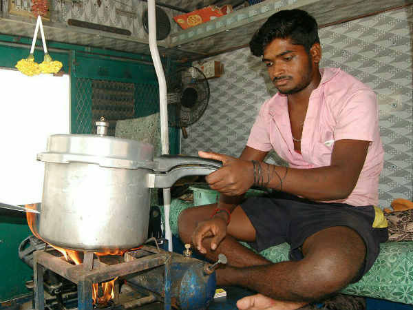 Lorry Strike on 2-nd day - Drivers cook in Lorries