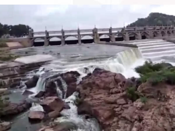 Video from Mettur Dam: TN People celebrating Cauvery water -