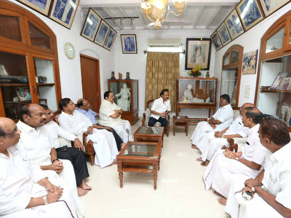 #Karunanidhi #Kalaignar - Presence of ADMK Ministers in Karunanidhi Residence pays way for Death Rumours