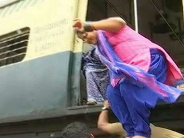 Chennai Police Helps Pregnant Women in Railway Station