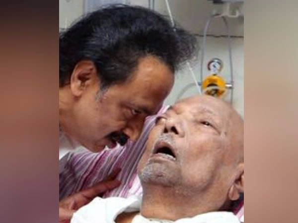 DMK cadres celebrate 2nd photo of Karunanidhi