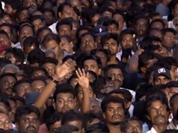 DMK cadres waiting in the rain to pay tribute for Karunanidhi