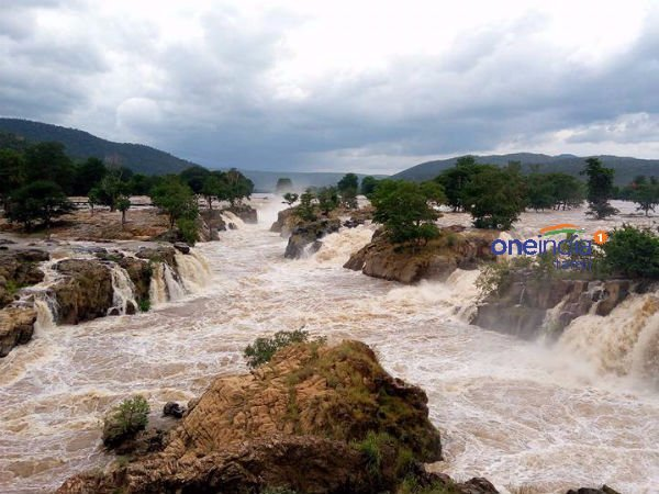 Hoggenakkal gets inflow of water 1.90 lakh cusecs